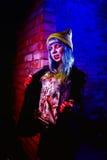 Retrato de la muchacha divertida del zombi en el tiempo de Halloween Fotografía de archivo libre de regalías