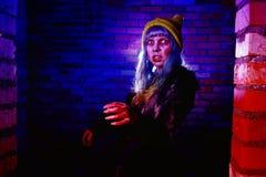 Retrato de la muchacha divertida del zombi en el tiempo de Halloween Foto de archivo