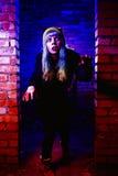 Retrato de la muchacha divertida del zombi en el tiempo de Halloween Imagenes de archivo