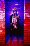 Retrato de la muchacha divertida del zombi en el tiempo de Halloween con el martillo Imagenes de archivo