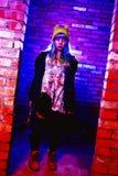 Retrato de la muchacha divertida del zombi en el tiempo de Halloween con el martillo Foto de archivo libre de regalías