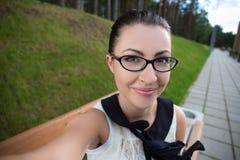 Retrato de la muchacha divertida feliz que hace la foto del selfie Foto de archivo libre de regalías