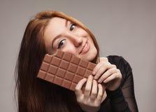 Retrato de la muchacha dulce con el chocolate grande Fotos de archivo