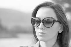 Retrato de la muchacha elegante con las gafas de sol Fotografía de archivo libre de regalías