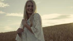 Retrato de la muchacha elegante del hippy que sonríe en la cámara en la cámara lenta, estabilizador de los tiros Alegría y alegrí almacen de metraje de vídeo
