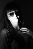 Retrato de la muchacha elegante en blanco y negro. Imagenes de archivo