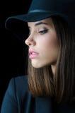 Retrato de la muchacha elegante hermosa, chaqueta negra, sombrero negro Imagenes de archivo