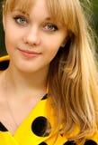 Retrato de la muchacha en alineada amarilla Foto de archivo
