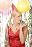Retrato de la muchacha en alineada roja que disfruta de un partido Foto de archivo libre de regalías