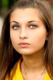 Retrato de la muchacha en amarillo foto de archivo