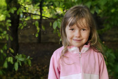 Retrato de la muchacha en bosque Imágenes de archivo libres de regalías