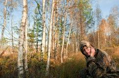 Retrato de la muchacha en bosque del otoño. Fotografía de archivo
