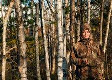 Retrato de la muchacha en bosque del otoño. Fotos de archivo