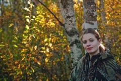 Retrato de la muchacha en bosque del otoño. Imagen de archivo libre de regalías
