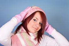 Retrato de la muchacha en bufanda y sombrero rosados Imágenes de archivo libres de regalías