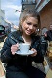 Retrato de la muchacha en café de la calle fotografía de archivo libre de regalías