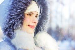 Retrato de la muchacha en chaqueta encapuchada Foto de archivo libre de regalías