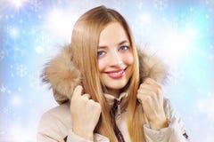 Retrato de la muchacha en chaqueta encapuchada. Fotografía de archivo