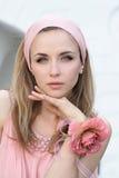 Retrato de la muchacha en color de rosa con una flor fotografía de archivo