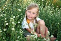Retrato de la muchacha en el campo Fotos de archivo