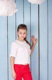 Retrato de la muchacha en el estudio azul Foto de archivo