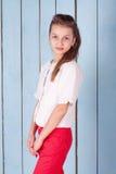 Retrato de la muchacha en el estudio azul Foto de archivo libre de regalías
