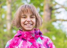 Retrato de la muchacha en el parque Foto de archivo