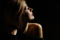 Retrato de la muchacha en el sitio oscuro Imágenes de archivo libres de regalías
