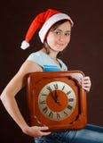 Retrato de la muchacha en el sombrero de Papá Noel Imagen de archivo libre de regalías