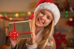 Retrato de la muchacha en el sombrero de santa con la caja del regalo de Navidad Fotos de archivo