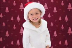 Retrato de la muchacha en el sombrero de santa durante tiempo de la Navidad Imágenes de archivo libres de regalías
