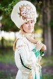 Retrato de la muchacha en el traje festivo tradicional, gente del nómada de la estepa, al aire libre Foto de archivo libre de regalías
