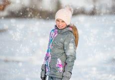 Retrato de la muchacha en equipo del esquí en el invierno Foto de archivo libre de regalías