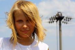 Retrato de la muchacha en fondo del cielo Foto de archivo libre de regalías