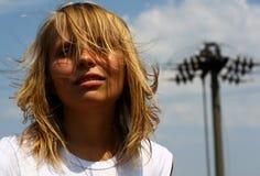 Retrato de la muchacha en fondo del cielo Fotos de archivo libres de regalías