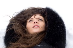 Retrato de la muchacha en invierno. Foto de archivo