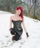 Retrato de la muchacha en invierno con nieve Fotos de archivo