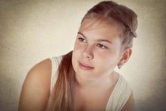 Retrato de la muchacha en la alineada blanca Fotos de archivo