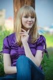 Retrato de la muchacha en la blusa violeta foto de archivo