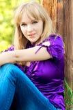 Retrato de la muchacha en la blusa violeta. Fotos de archivo