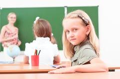 Retrato de la muchacha en la clase Foto de archivo