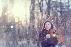 Retrato de la muchacha en la naturaleza del invierno Foto de archivo