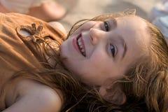 Retrato de la muchacha en la playa Imagen de archivo libre de regalías