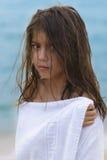 Retrato de la muchacha en la playa Imagenes de archivo