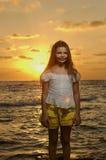 Retrato de la muchacha en la puesta del sol Imágenes de archivo libres de regalías