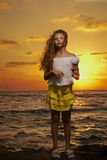 Retrato de la muchacha en la puesta del sol Imagenes de archivo