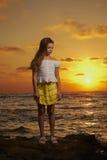 Retrato de la muchacha en la puesta del sol Imagen de archivo libre de regalías