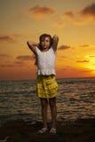 Retrato de la muchacha en la puesta del sol Foto de archivo