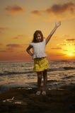 Retrato de la muchacha en la puesta del sol Fotos de archivo