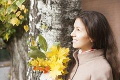 Retrato de la muchacha en otoño Fotos de archivo libres de regalías